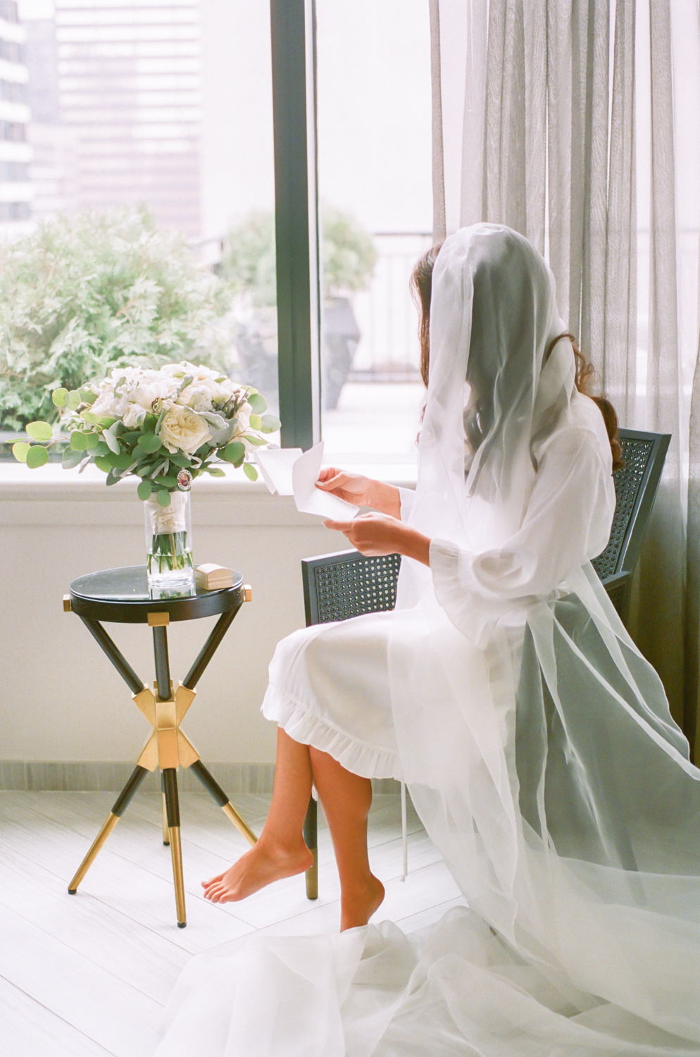 Bride reading letter from groom, Gwen Hotel Chicago, Erica Robnett Photography