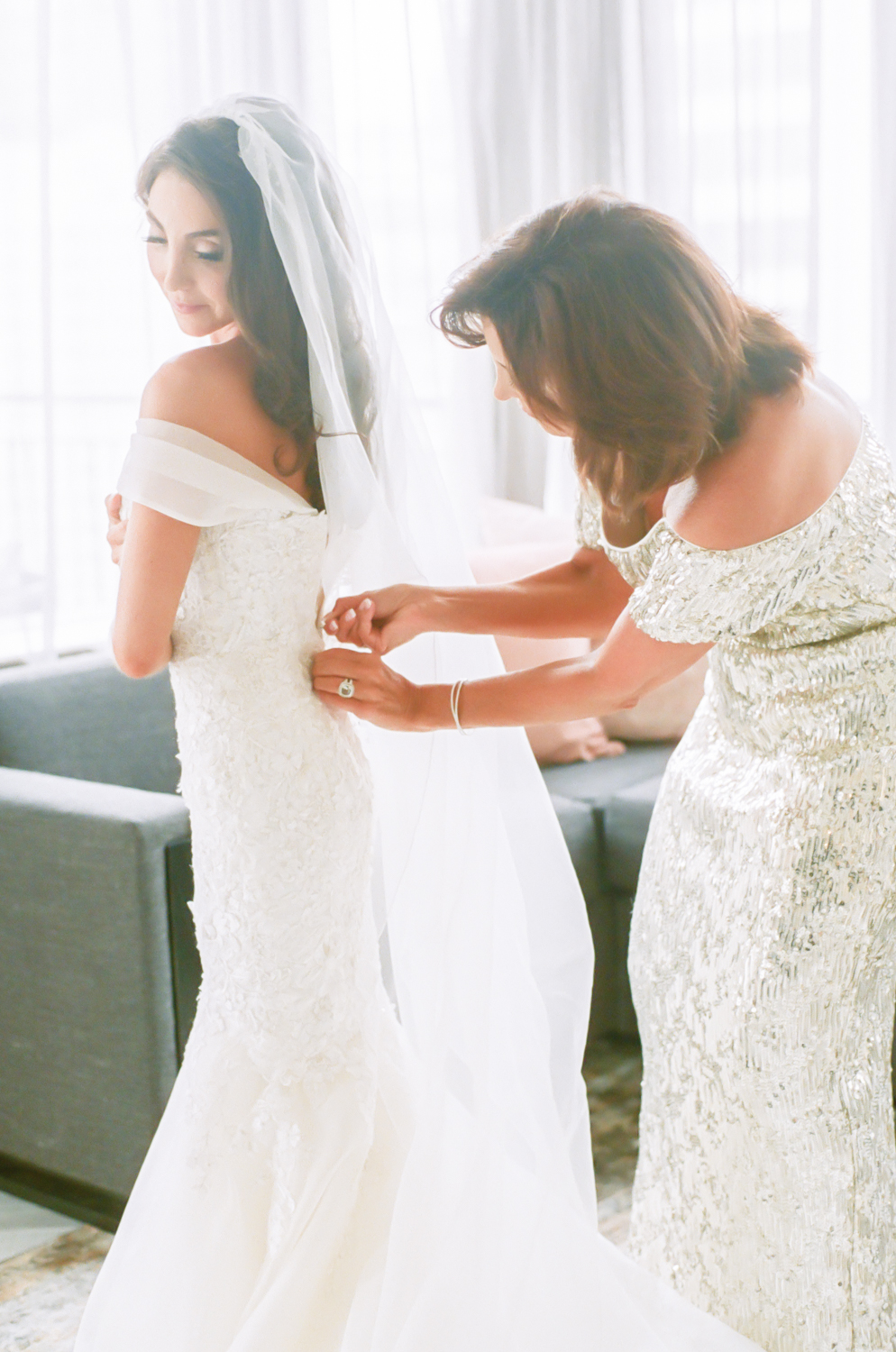 Bride and mom getting ready, Gwen Hotel Chicago, Midwest fine art wedding photographer Erica Robnett Photography